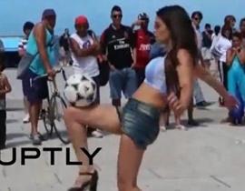 Fiorella Castillo: Artis & Model Seksi yang mahir Juggling Bola