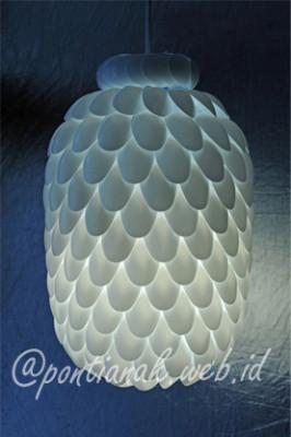Botol Bekas Minuman dipadukan dengan Sendok Plastik menghasilkan Lampu Gantung yang indah